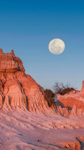 Moon rising over the Walls of China in World Heritage Mungo National Park.<br>Credit: Destination NSW